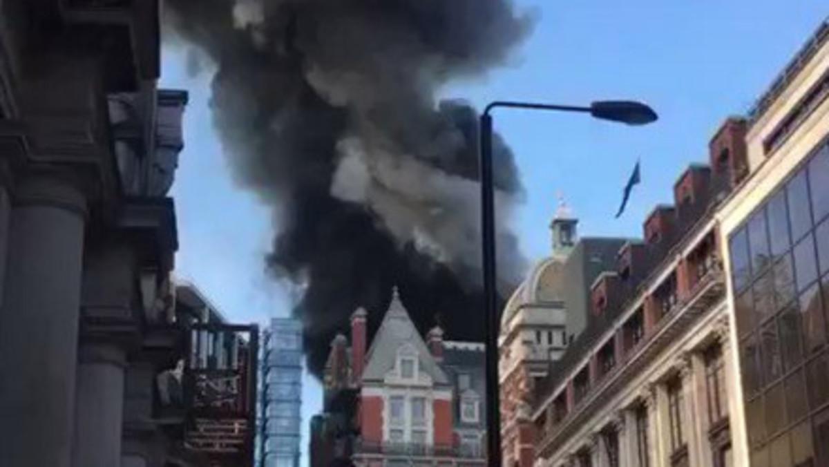Bomberos intentan apagar fuerte incendio en un edificio del centro de Londres